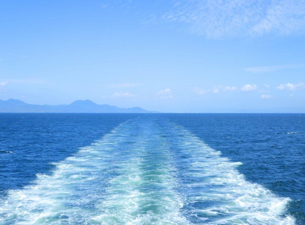 フェリー航行の波